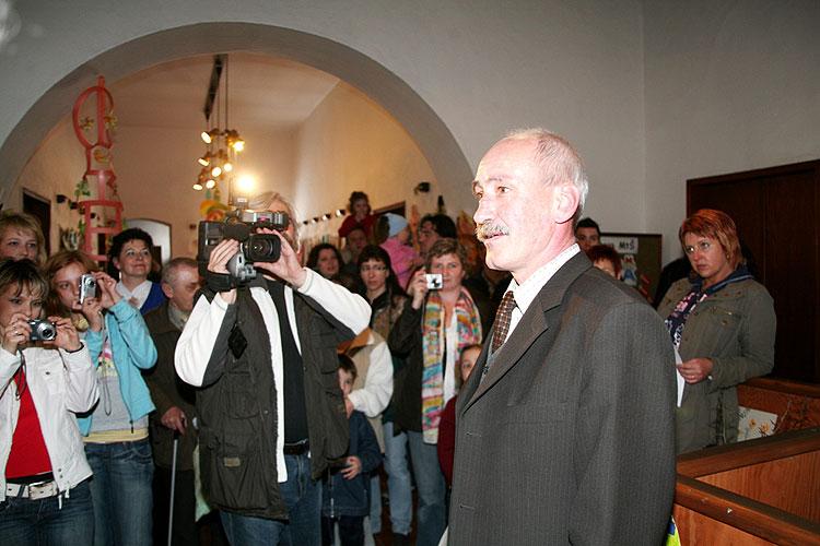 """Starosta města Milevsko Zdeněk Herout, vernisáž výstavy """"Evropa očima dětí MŠ"""", 18. dubna 2008, Městská knihovna v Milevsku, foto: Roman Růžička"""