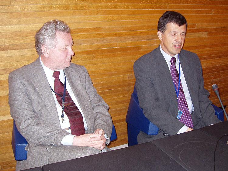 Poslanci EP (ODS/EPP-ED) Jaroslav Zvěřina a Oldřich Vlasák diskutují se studenty a pedagogy v budově EP