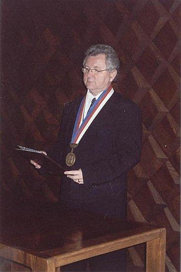 Jaroslav Zvěřina v roli oddávajícího v Táboře