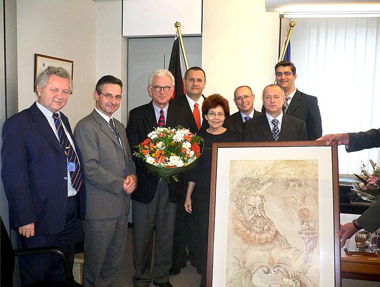 Europoslanci ODS blahopřejí H. G. Poetteringovi (třetí zleva) k jeho šedesátým narozeninám. První zleva je Jaroslav Zvěřina.