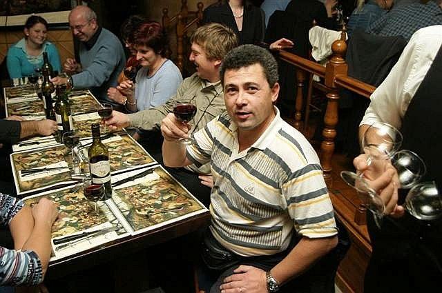 Táborský fotograf Roman Růžička při večeři na Grand Place, Brusel 2005
