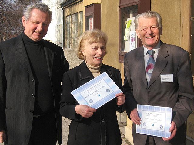 Předseda Sexuologické společnosti ČLS  Jaroslav Zvěřina slaureáty Hynieho ceny  za rok 2005 Jaroslavou Pondělíčkovou a Stanislavem Kratochvílem