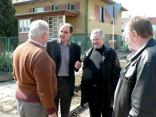 Starosta města Veselí nad Lužnicí Petr Hynek, europoslanec Jaroslav Zvěřina a senátor Pavel Eybert během návštěvy Veselí nad Lužnicí, 8. dubna 2006