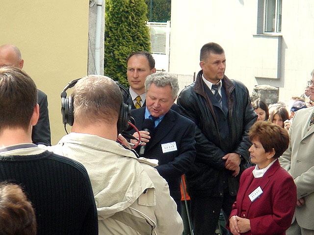 Proslov před slavnostním odhalením bronzové sochy psychoanalytické lenošky před rodným domem S. Freuda v Příboře 27.5.2006. Dáma vpravo je Mgr. A. Šupová, předsedkyně Spolku S. Freuda v Příboře.