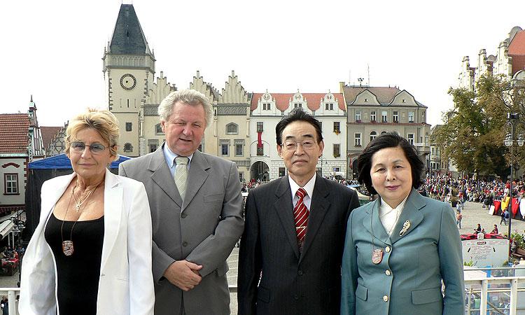Europoslanec Jaroslav Zvěřina a velvyslanec Japonska v ČR Hideaki Kumazawa s manželkami