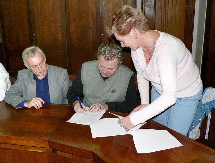 Podpis smlouvy mezi ODS Tábor a TÁBOR 2020 o vytvoření většinové koalice v Zastupitelstvu města Tábora na volební období 2006 – 2010