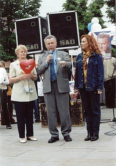 Kampaň do PS Parlamentu ČR, Žižkovo náměstí v Táboře, Zleva: Dáša Karlovská, Jaroslav Zvěřina a Marcela Holanová, rok 2002